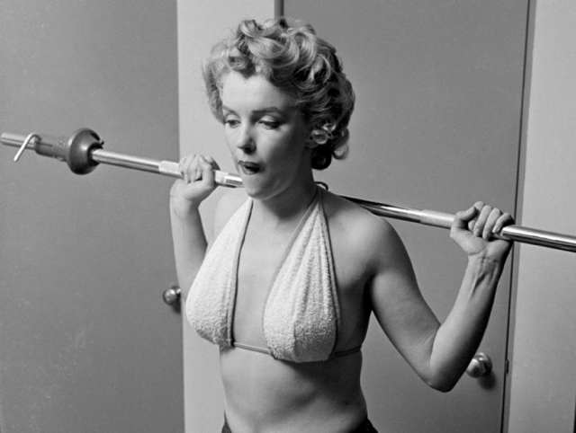 a_marilyn-monroe-philippe-halsman-lifting-weights-19521.jpg