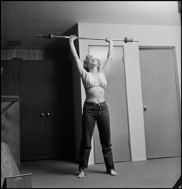 a_philippe-halsman-marilyn-monroe-lifting-weights-1952.jpg