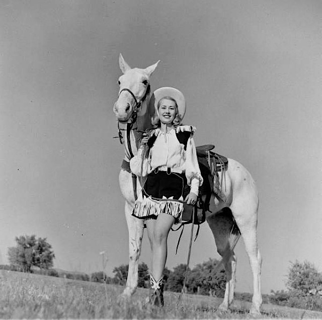 american_cowgirls_of_the_1940_s__17_.jpg