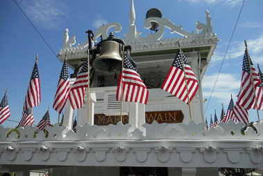 800px-mark_twain_riverboat_pilothouse.jpg