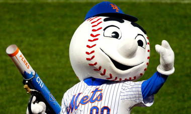 mr-met-flips-the-bird-to-a-fan.jpg