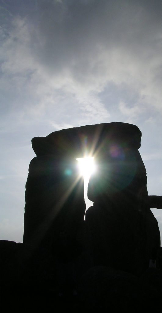 Stonehenge_sun_through_trilith_April_2005